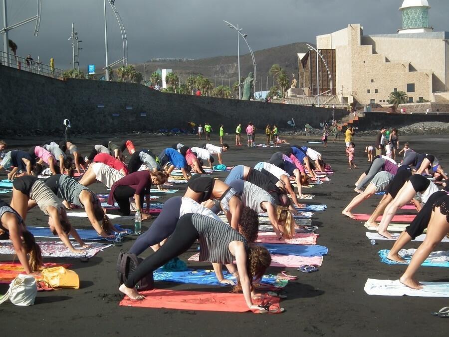 yoga en la playa de las canteras